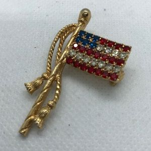 VTG Flag Brooch with rhinestones in gold tone